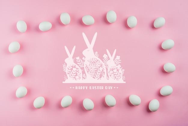 Пасхальный макет с яйцами и кроликами