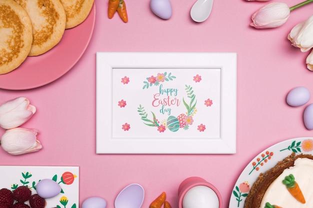 Cornice di uova di pasqua e tulipani