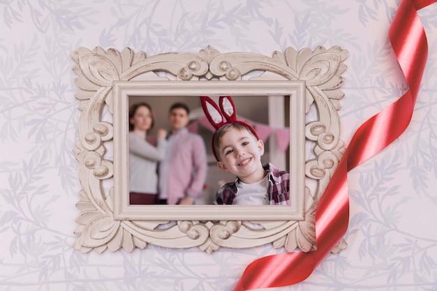 Пасхальное семейное фото на столе