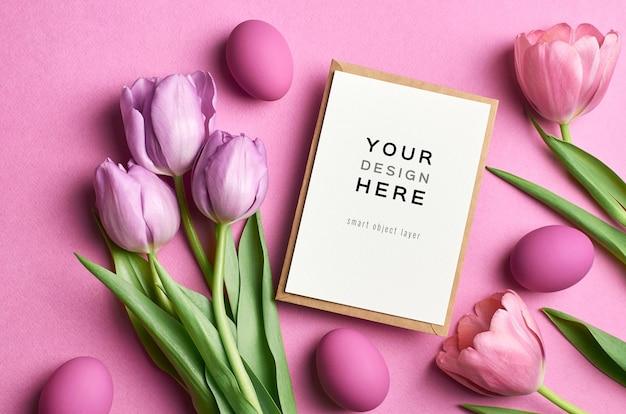 색된 계란과 튤립 부활절 휴일 인사말 카드 모형