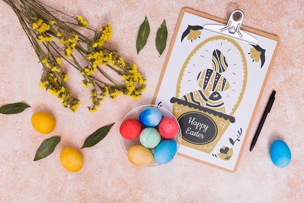カードとチョコレートの卵イースターモックアップ