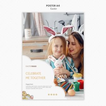 Modello del manifesto di pasqua con la madre e il bambino felici
