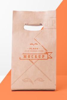 二色の背景に環境にやさしい紙袋のモックアップ
