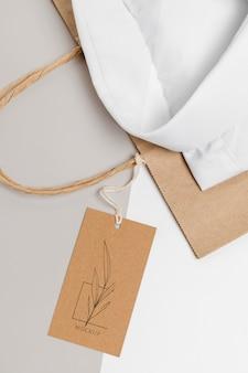 친환경 가격표 및 공식 셔츠 모형이있는 종이 봉지
