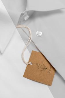 Cartellino del prezzo ecologico sul modello di camicia formale