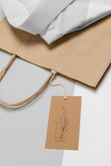 Cartellino del prezzo ecologico e sacchetto di carta con mock-up di camicia formale