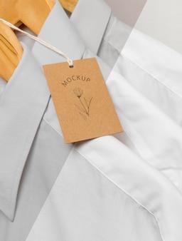Cartellini dei prezzi ecologici e camicie formali con mock-up di grucce