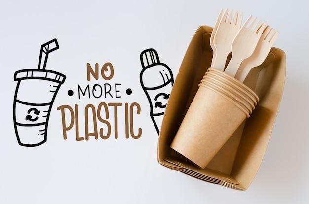 生態学的な生分解性の段ボールまたは紙皿。廃棄物ゼロのリサイクルコンセプト。