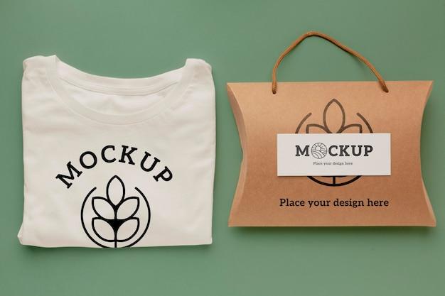 Mockup di packaging per t-shirt ecologica