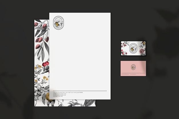 化粧品ブランドの花のヴィンテージをテーマにした編集可能なビジネス招待モックアップとカード