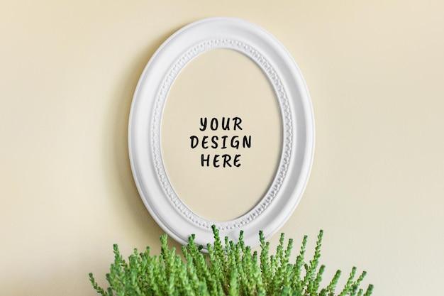 丸い楕円形の白いテクスチャの自由奔放に生きるスタイルのフレームと緑の多肉植物と編集可能なpsdモックアップ