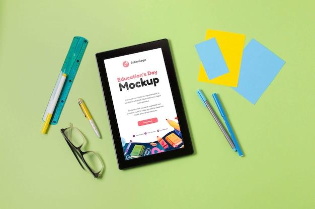 Disposizione del tablet mock-up per la giornata dell'istruzione