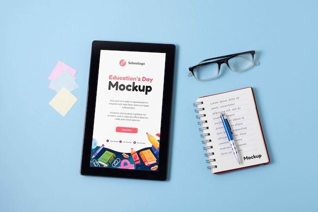 Assortimento di tablet mock-up per la giornata dell'istruzione