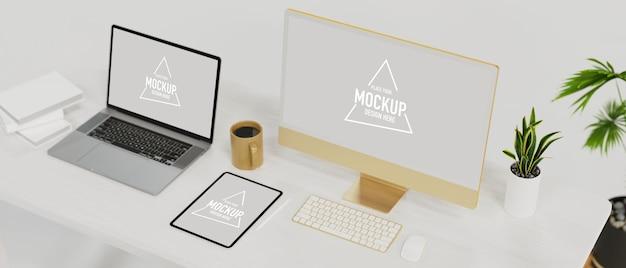 白いテーブルの上のワークスペースラップトップモックアップタブレットモックアップコンピューターモックアップの電子デバイス
