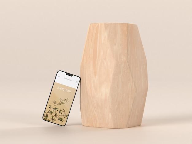 Elegante arrangiamento con mock-up smartphone e vaso