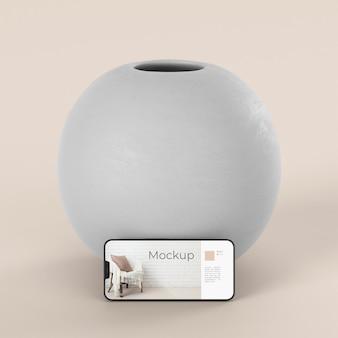 モックアップスマートフォンと花瓶を備えたエレガントな品揃え