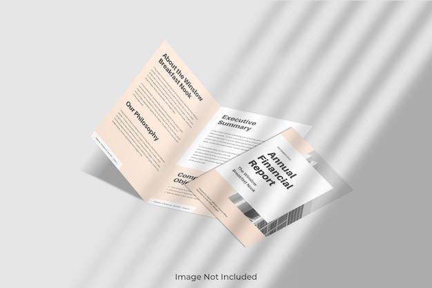 シャドウ付きのエレガントな2つ折りパンフレットのモックアップ