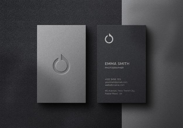 Элегантный макет визитной карточки на темном фоне с эффектами фольги