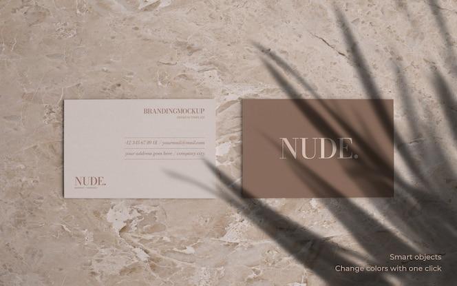 大理石の背景を持つエレガントな名刺のモックアップ