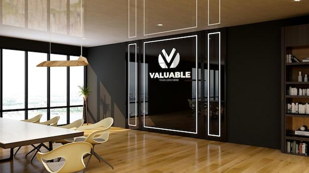 Элегантный дизайн конференц-зала с черной стеной