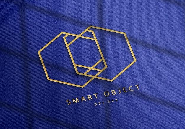 블루 데님 원단에 우아한 로고 모형 디자인