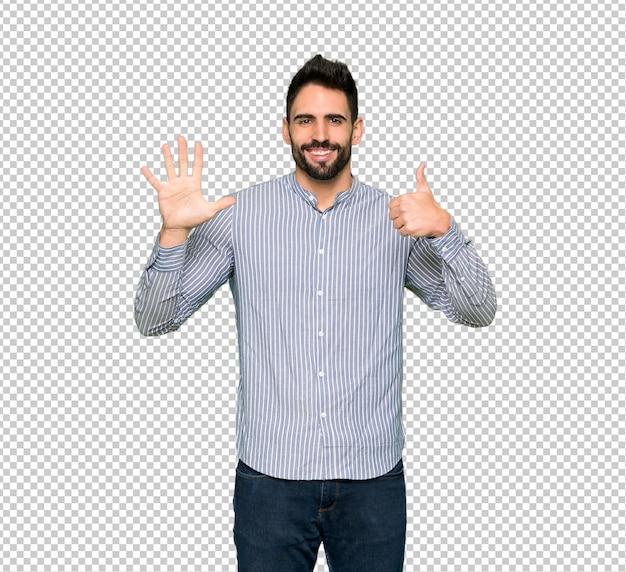 指で6を数えるシャツを持つエレガントな男