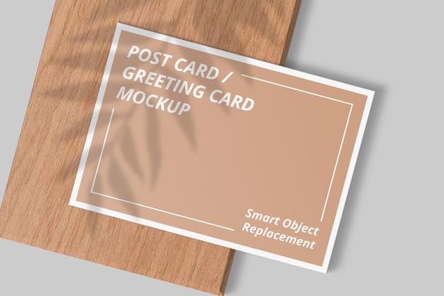 シャドウ オーバーレイを使用したエレガントなポストカード モックアップ