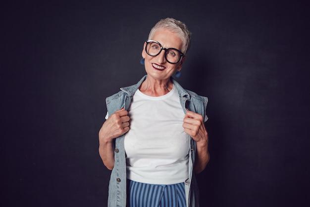 Элегантная женщина в макете рубашки