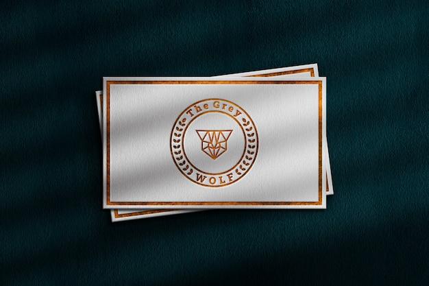 린넨 용지에 양각 된 골드 로고 모형