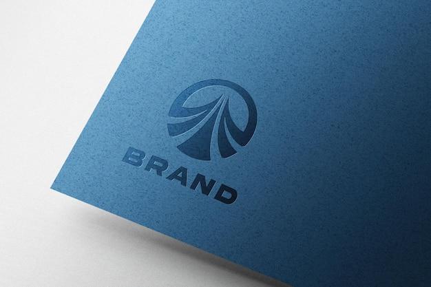 青い紙にエンボスロゴのモックアップ