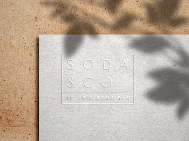 Макет логотипа с тиснением на крафт-бумаге