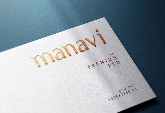 Макет логотипа с тиснением на белой визитке