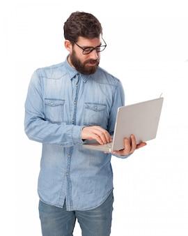 Сотрудник, набрав на ноутбуке