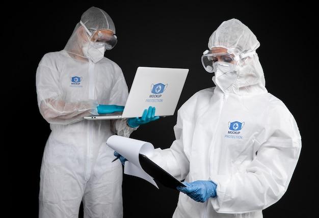 Dipendenti che indossano dispositivi di protezione