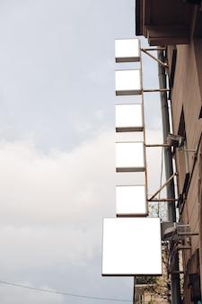 市内の空の看板
