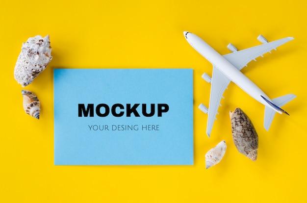종이의 빈 파란색 시트, 조개, 여름 휴가 개념 메모 모형