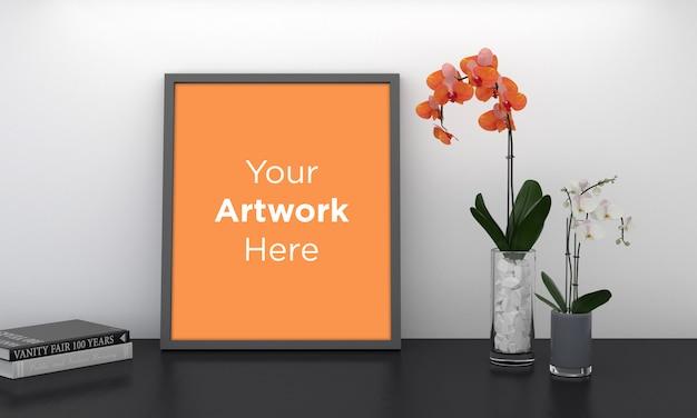 花瓶のオレンジ色の花と空のフォトフレーム