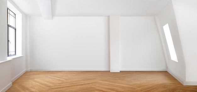 흰 벽과 쪽모이 세공 마루 바닥이 있는 빈 방 장면