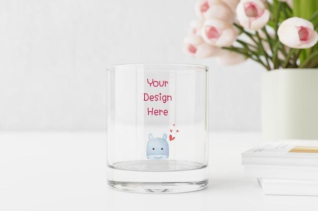 Макет пустой стакан воды на столе с тюльпанами