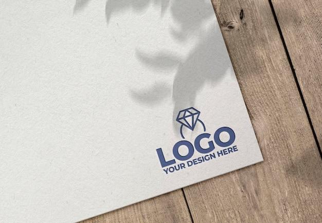 Гравированный логотип на бумажном макете