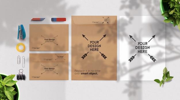 Конверт и макет бумаги, канцелярские товары с тенями деревьев