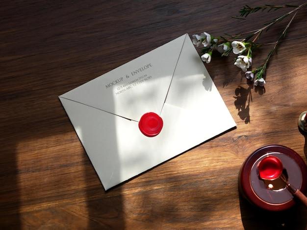 빨간색 왁스 인감 모형이있는 봉투 뒷면