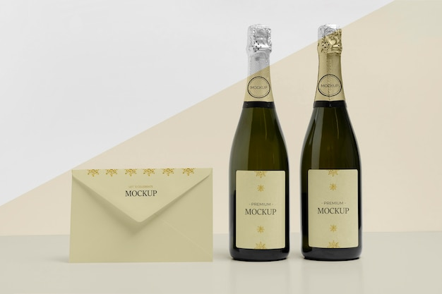 Mock-up di buste e bottiglie di champagne