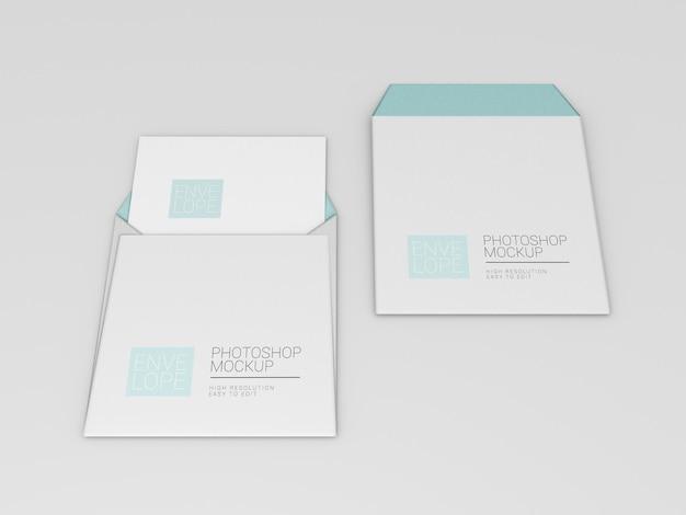 正方形の紙で封筒のモックアップ