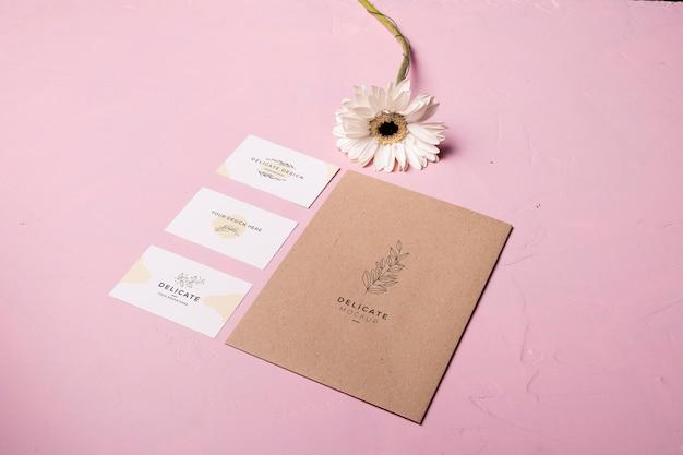 ピンクの背景の封筒スタイル