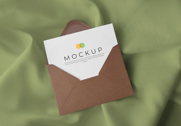 패브릭 배경 모형에 카드 봉투