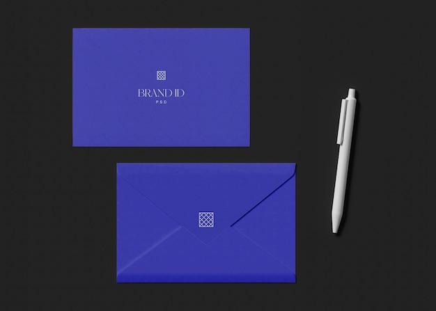 鉛筆のモックアップと封筒