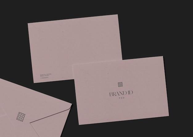 연필 모형이 있는 봉투