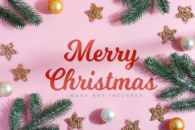 상록 전나무 나뭇 가지, 별, 작은 황금색과 은색 구체. 메리 크리스마스 인사말 카드