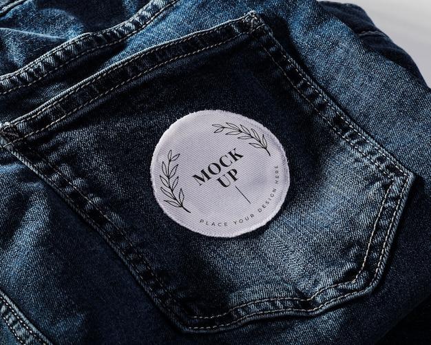 Mock-up di patch per abbigliamento in tessuto su denim